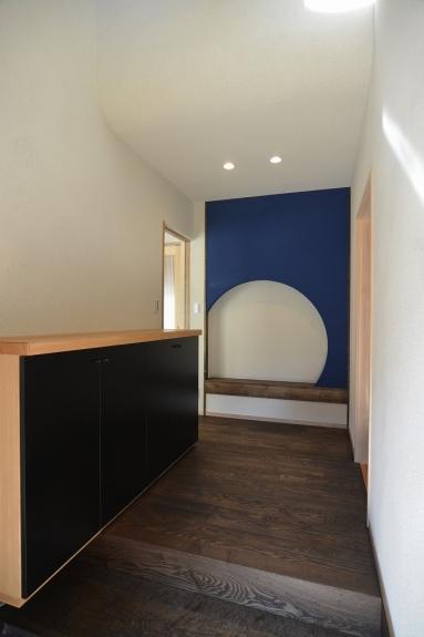 入ってすぐの玄関の壁はぱっと目を引くデザインに