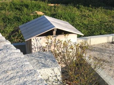 オリジナルのポンプ小屋はあえて塗装せず自然のままにしました。