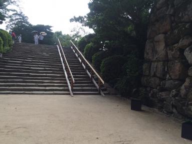烏城灯源郷の時期は石階段に手すりを設置します。
