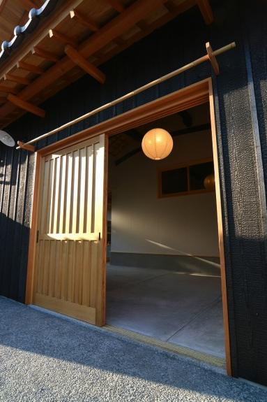 玄関扉を開けると優しい光の照明が出迎えてくれます。