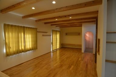 楕円形のかわいい入り口からつながるのは和室です。