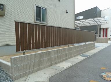 化粧ブロックの上に立てたフェンスはウッド調のものを採用しました