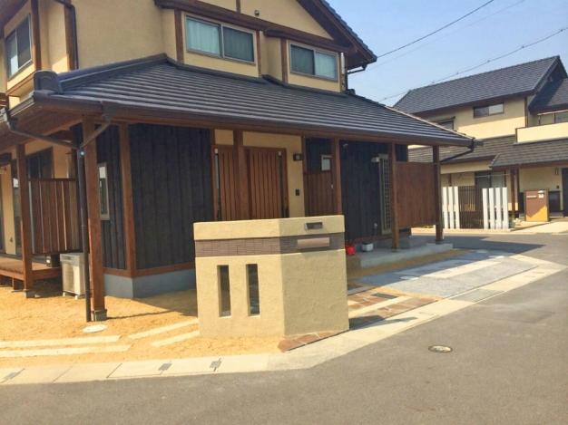 和風のお家にしっくりなじんだデザイン門柱がアクセントのお庭です。