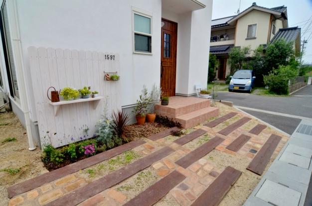 優しい色合いでまとめたナチュラルカントリーのお庭です。