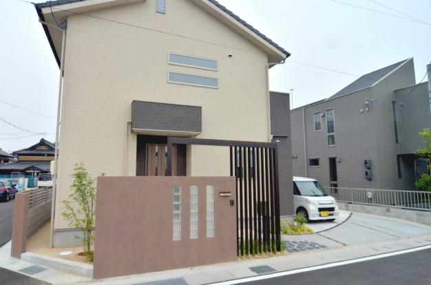 玄関前のデザイン格子と門柱がポイントのお庭です。