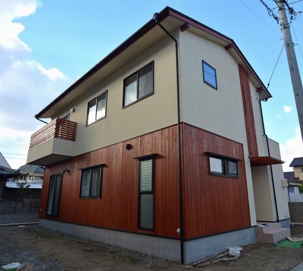 赤茶系の板塀の色が目を引く外観で、一歩足を踏み入れると木の温かみをしっかり感じられるお家です