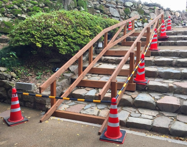 岡山城の石階段に手すりを設置