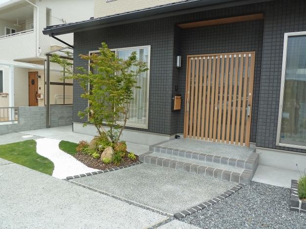 和テイストの家に合わせてモノトーンでまとめたお庭です。