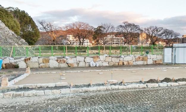 岡山城大窪石で建物の基礎を施工