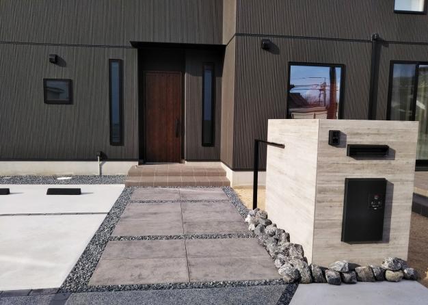 高級感のある平板を使ってシックでモダンなお庭が完成しました。